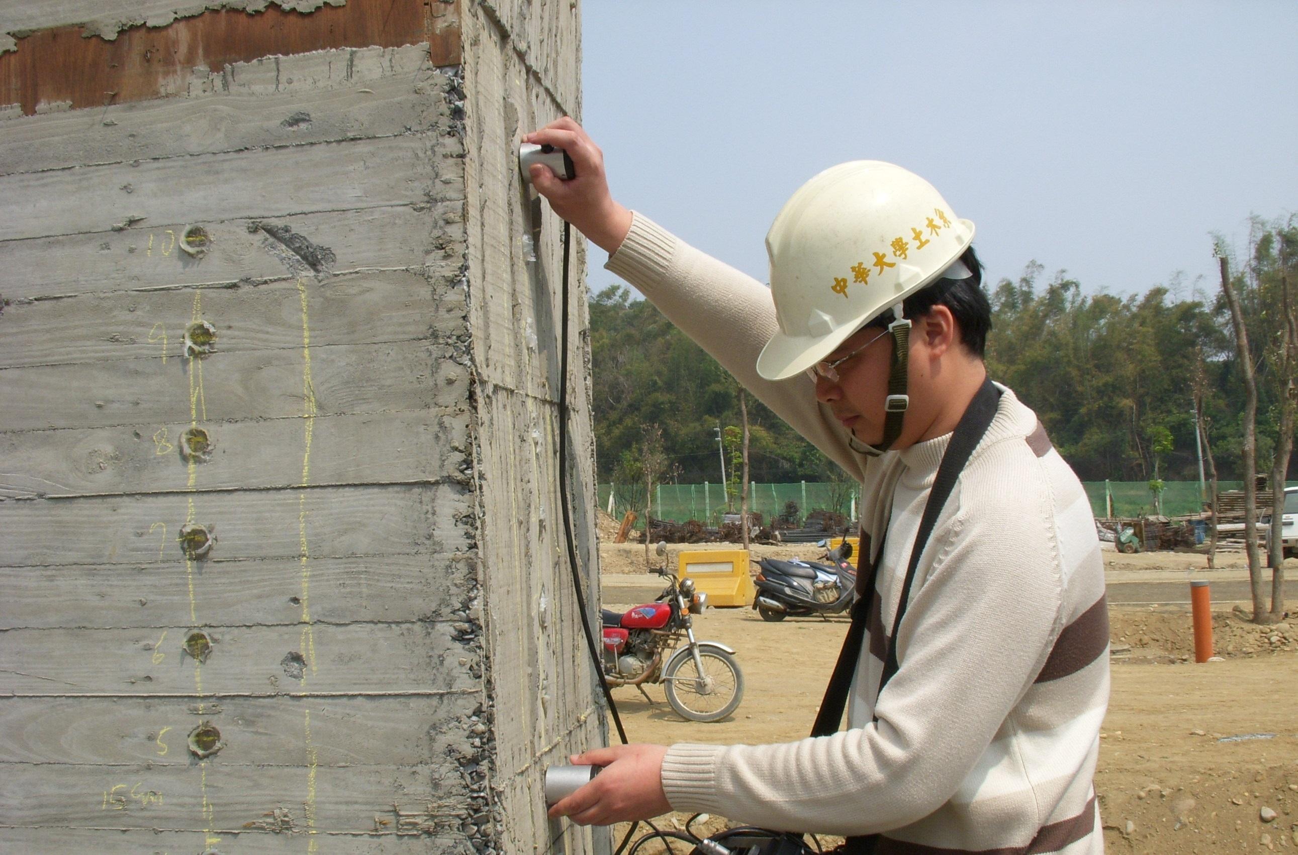 本系同學透過「實習」以超音波探測儀進行鋼筋混凝土的非破壞檢測